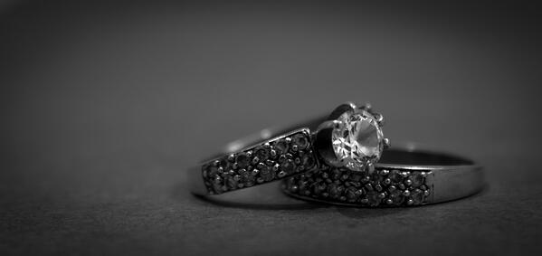 black_and_white_close_up_design_diamond_engagement_rings_jewelry_luxury_macro-939086.jpg!d