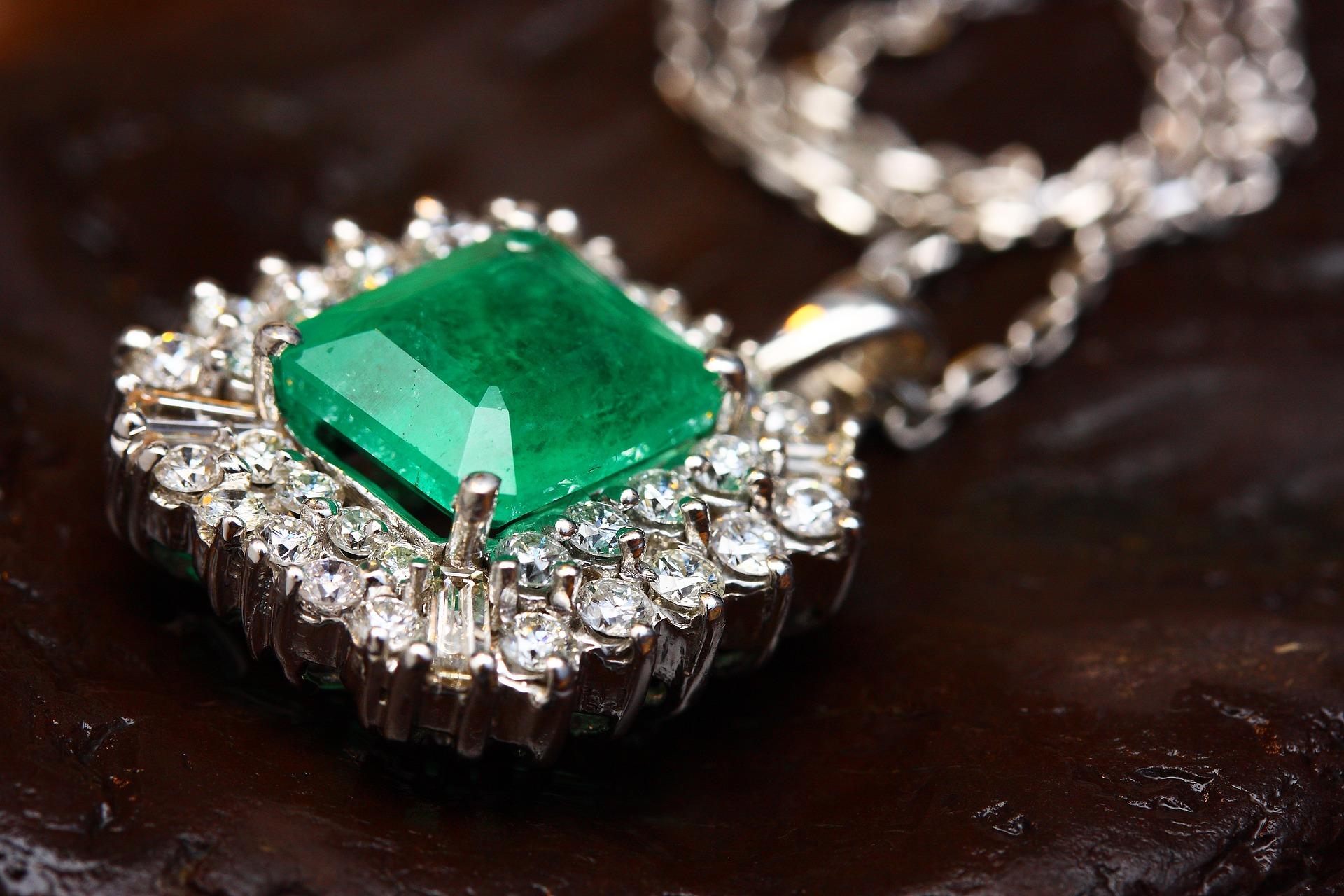 necklace-2405165_1920.jpg