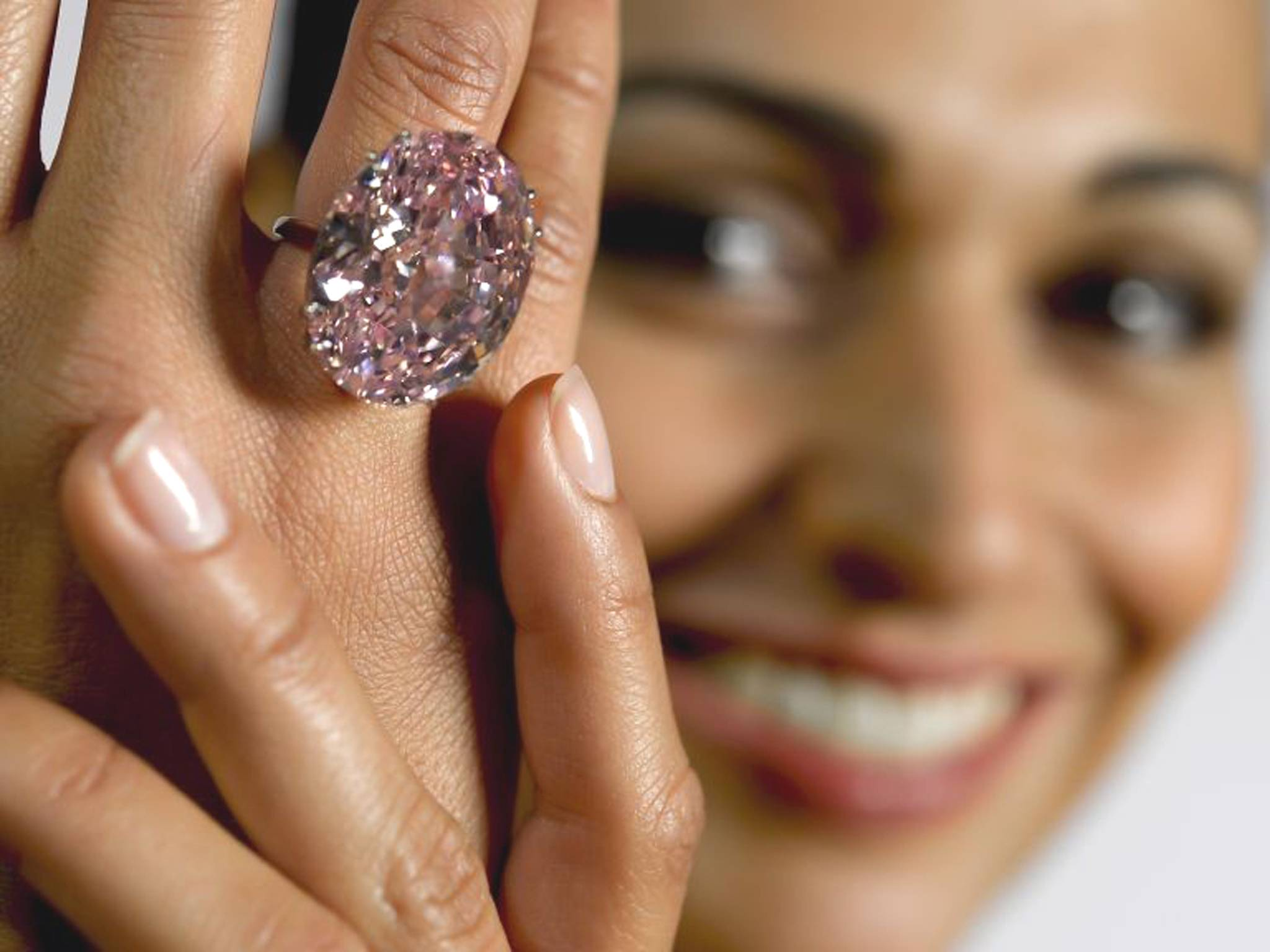 the pink star diamond becomes the world's most expensive gemstone